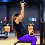 Grávida, Jaque Khury faz musculação e exercícios para melhorar postura